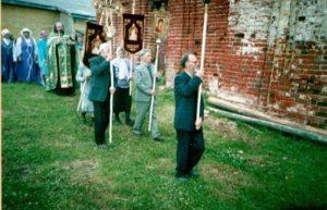Крестный ход с фонарем, хоругвями, с выносным крестом с выносной иконой во главе с протоиереем Сергием Фроловым (г.Москва), июнь 2005 года