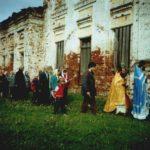 Первый крестный ход с самодельным крестом во круг храма во главе с бывшим благочинным
