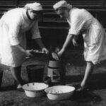 Рабочие кухни Вера Клюшина и Евгения Блохина чистят картофель ручной картофелечисткой