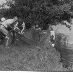 Во время длительных стоянок работники поезда собирали грибы, ягоды, ловили рыбу