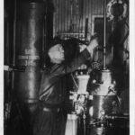 Машинист поездной электростанции Кузнецов за работой