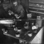 Во время порожних рейсов в поезде были устроены небольшие мастерские – столярная, жестяная, портяжная, сапожная